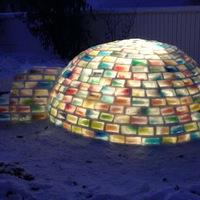 """Anyóspraktikák figyelemelterelésre: """"Építs jégkunyhót!"""" - Rainbow igloo by Daniel Gray"""