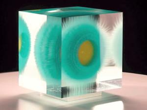 Szemkápráztató fantázialények üvegtömbökbe zárva