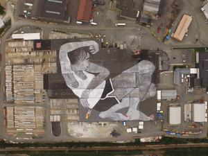 Gigantikus lány a tetőn