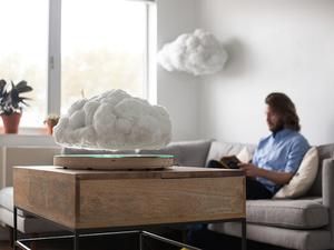 Villámló felhőhangszóró lebeg a lakásban