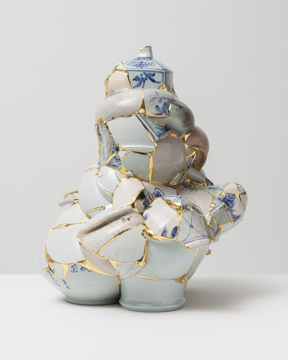 Aranyozott amorf szobrok újrahasznosított porcelánszilánkokból