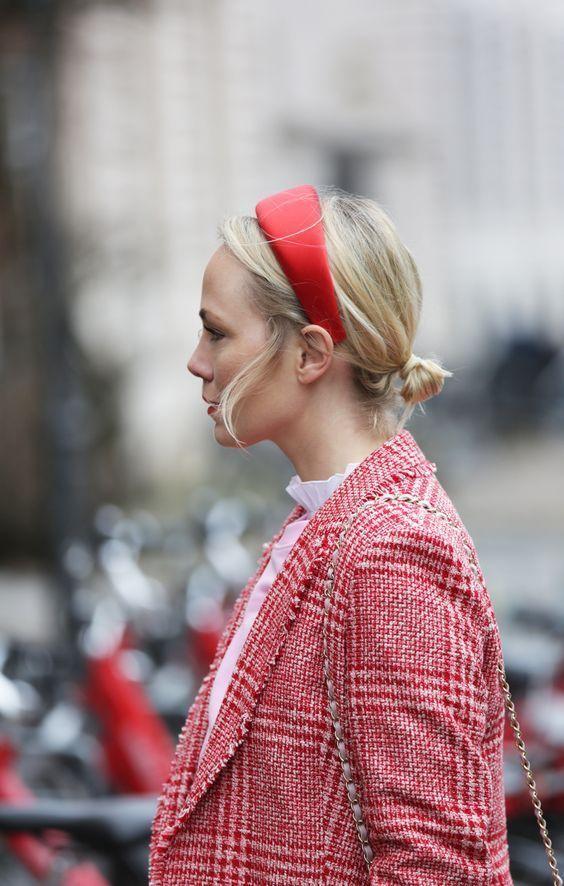 Sok nőnek jól áll és egy kis frissességet visz a szettbe egy színes hajpánt.