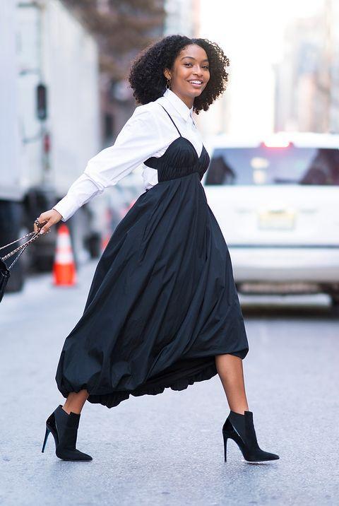 Csinos fehér ing és csinos fekete ruha? Tökéletes kombó, akár egy kis bőrdzsekivel is!