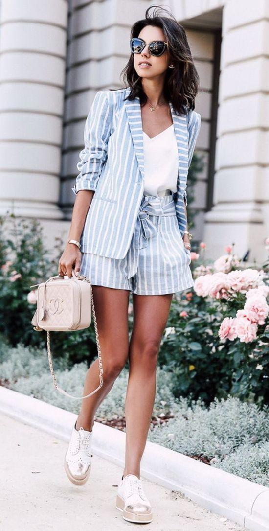 Egy nyári nadrágkosztüm shortos megoldással az igazi - a kicsit bővebb szárú short karcsúbbnak mutatja a lábat.