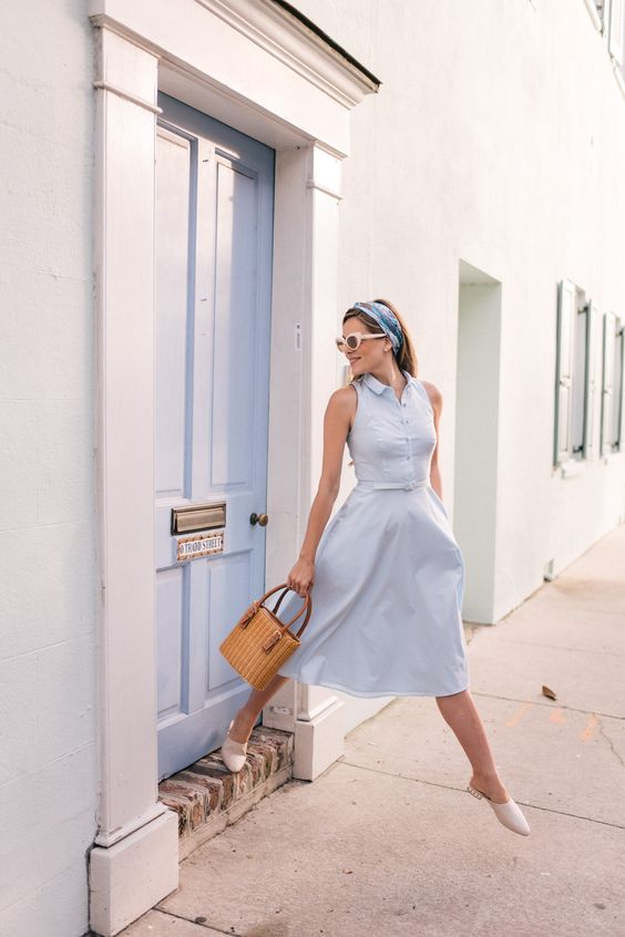A tengert idéző, fehér és világoskék nyári szetteket nagyon jól feldobják az élénk színű táskák és szandálok!