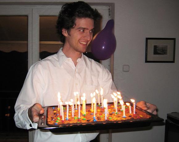 [A szerző 2006 januárjában egy tepsi brownie-val, amit Mesterházy Lilinek készített mint születésnapi tortát. Fotó: Sirokay Bori]