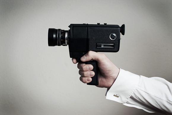 Super 8 videókamerát tartó kéz. Fotó: Fenyő Balázs