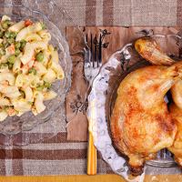 Almás, zöldséges tésztasaláta sült csirkecombbal