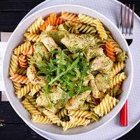 Rukkolás csirke zöldséges tésztával