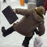 Elkezdték a  Tompa Mihály utcai járda jégmentesítését!