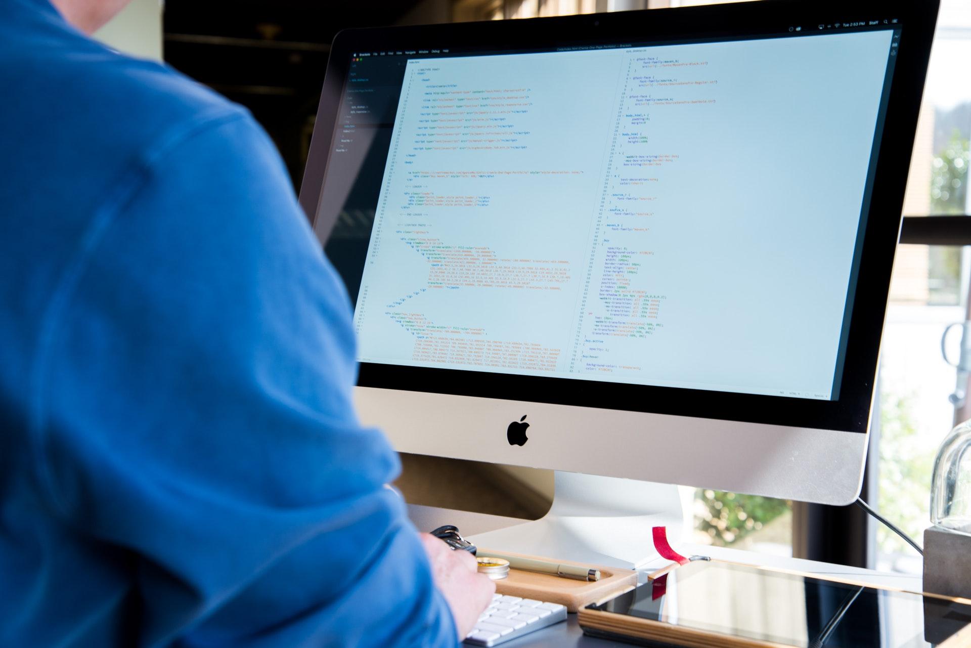 people-apple-desk-technology-89724.jpg