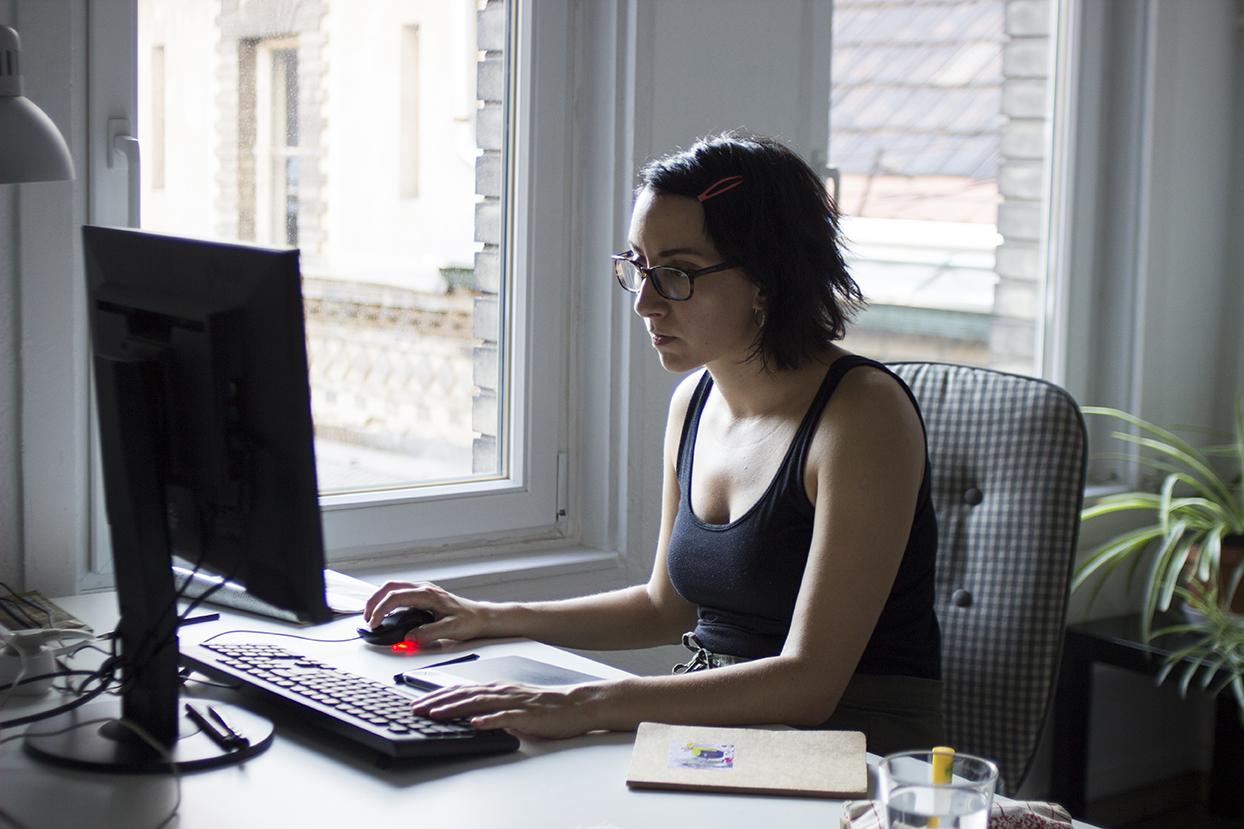 Tompa Borbála Eszter munka közben, számítógép előtt ülve