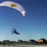 Siklóernyővel repülő autó