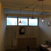 Menő budapesti lakások: mihez kezdesz egy lakótelepi, csövekkel átszúrt irodával?