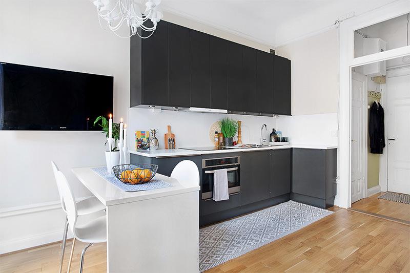 5-cozinha-americana-armarios-pretos-paredes-brancas.jpg
