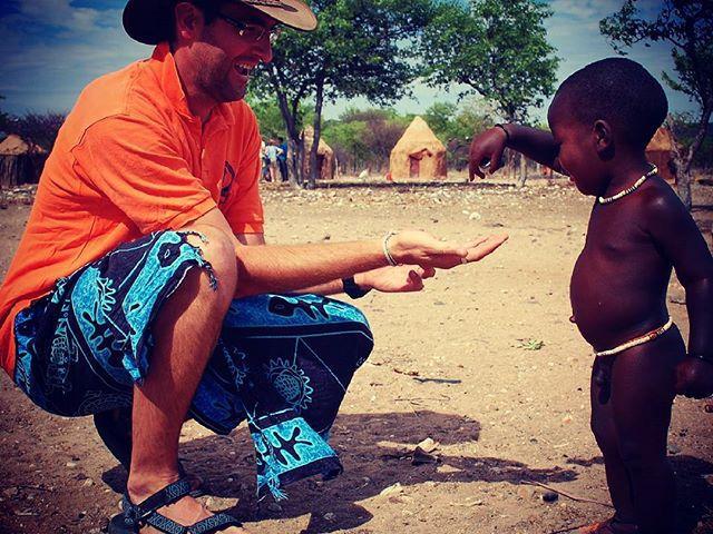 Kultúrák találkozása. Egy himba fiú ajándéka. Meeting of cultures. Gift from a himba boy. #eupolisz #mertutaznijo #namibia #afrika #himba #safari #tribe