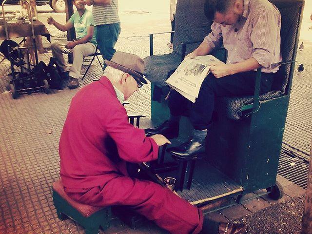 Öreg cipőpucoló Santiagóban. Egy menet 600 peso. #chile #southamerica #santiago #shoecleaner