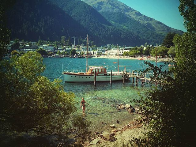 Egyik arca a városnak. Évszázados melegrekord, vasárnap délután, Queenstown. One face of the town. #mertutaznijo #eupolisz #newzealand #lakewaitapu #boat #summer #heat #queenstown #swim