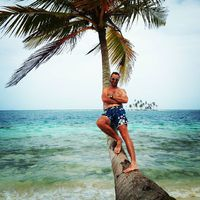 Rare posing photo. #mertutaznijo #panama #sanblasislands #palm #sea  #sun #travelphotography @reni.atesz