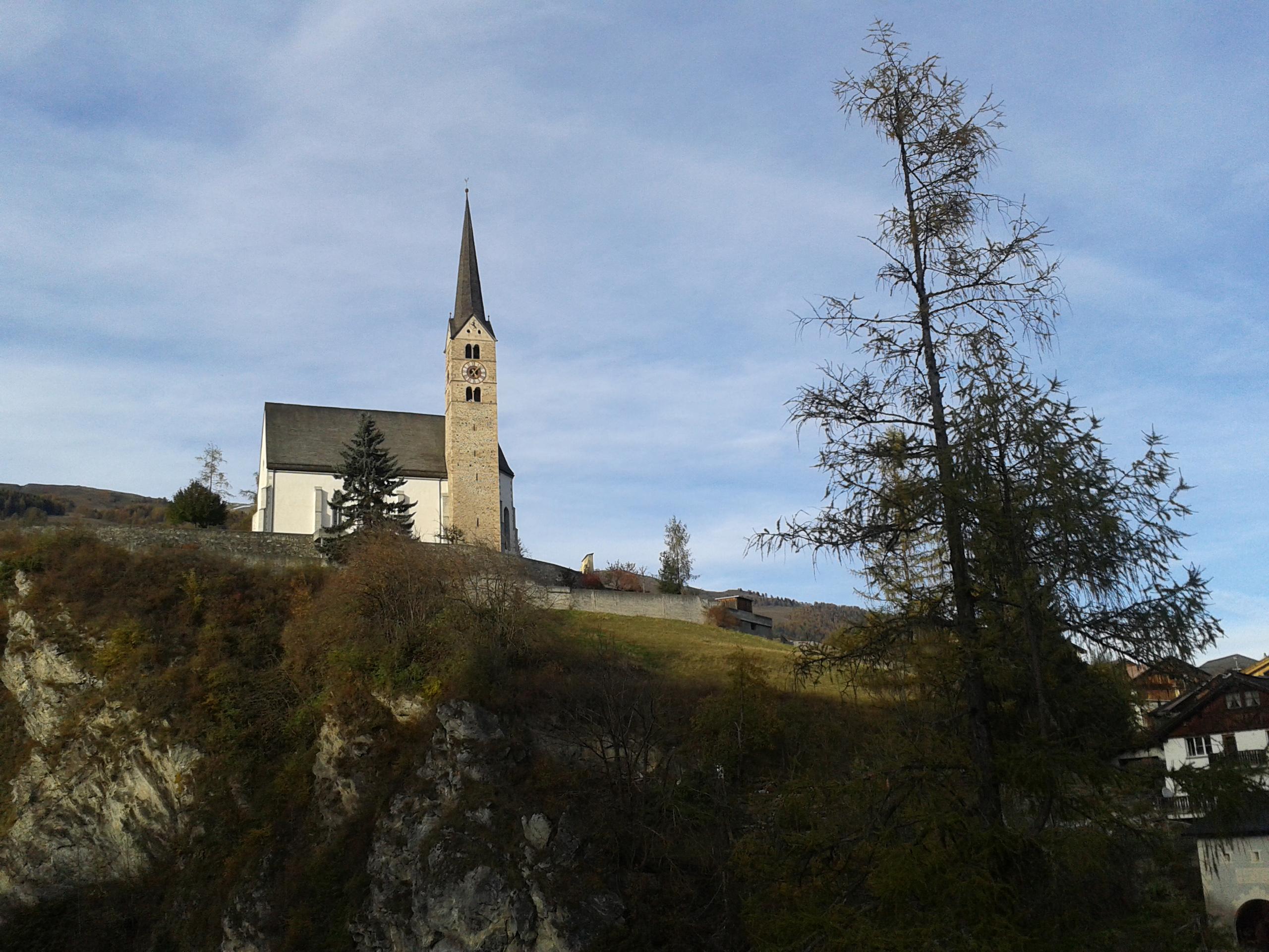 A 'klasszikus' turizmus obligát kelléke: templom felkeresése. Ez például evangélikus, Scuolban, és tényleg szép.