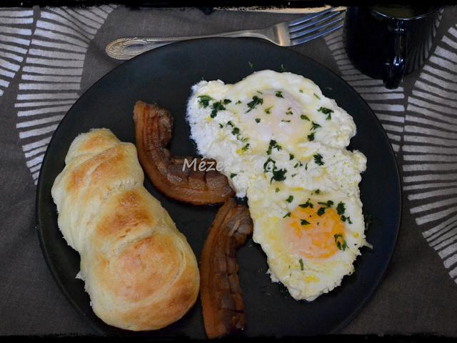 Reggeli: Fokhagymás tejfölben sült tojás fonott sós kaláccsal