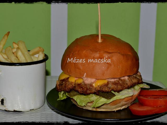 Hamburger, házi húspogácsával és házi szósszal