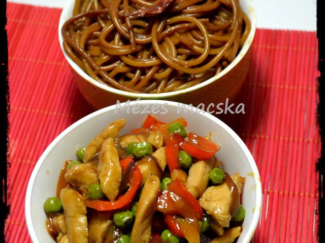 Stir-fry zöldséges csirke, sült tésztával
