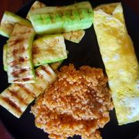 Grillezett cukkini paradicsomos bulgurral, sajtos tojáslepénnyel