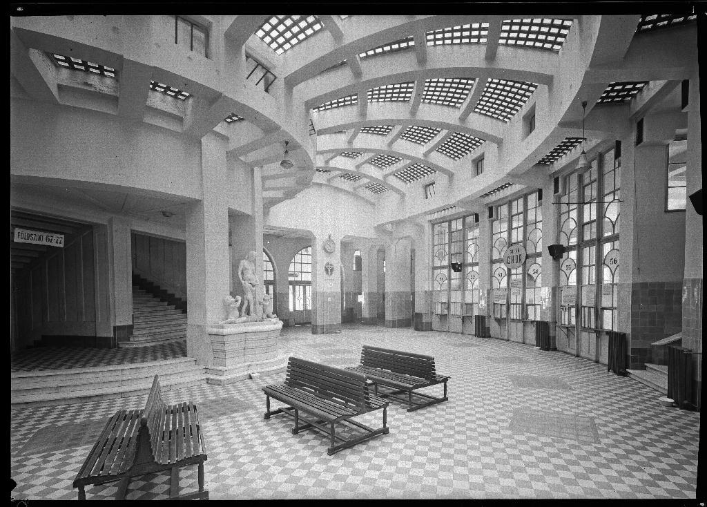 Az OTI előcsarnoka. Kép: Vállalkozók Lapja, 1931. március 18.