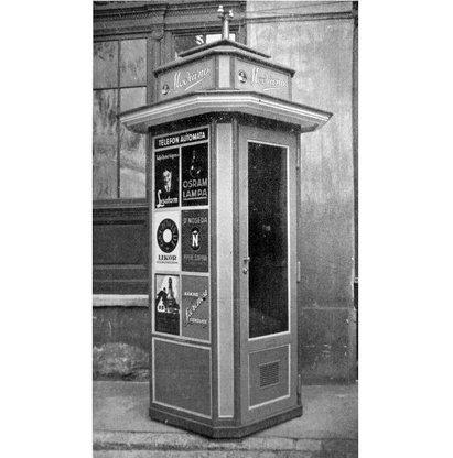 A főváros első nyilvános telefonfülkéinek első példányait részben szintén a Haas és Somogyi cég készítette. A nyilvános telefonállomások alacsony száma a húszas években egyre nagyobb problémát jelentett. 1927-ben végül az IBUSZ Rt. kért és kapott engedélyt felállításukra, megalapítva a Magyar Telefonautomata Rt-t. A cég magyar építészirodákat kért fel, hogy álmodják meg Budapest telefonfülkéjét. Az akkor már üzletportáljairól híressé vált Haas és Somogyi Rt négyzetalaprajzú, tetején párkányos, lépcsőzetes fülkét tervezett. Végül a Farkas és Társa Rt által tervezett, négyzetalaprajzú, kupolás tetővel ékesített fülke lett a legnépszerűbb, bár az utcára került pár darab a Haas-fülkéből is.