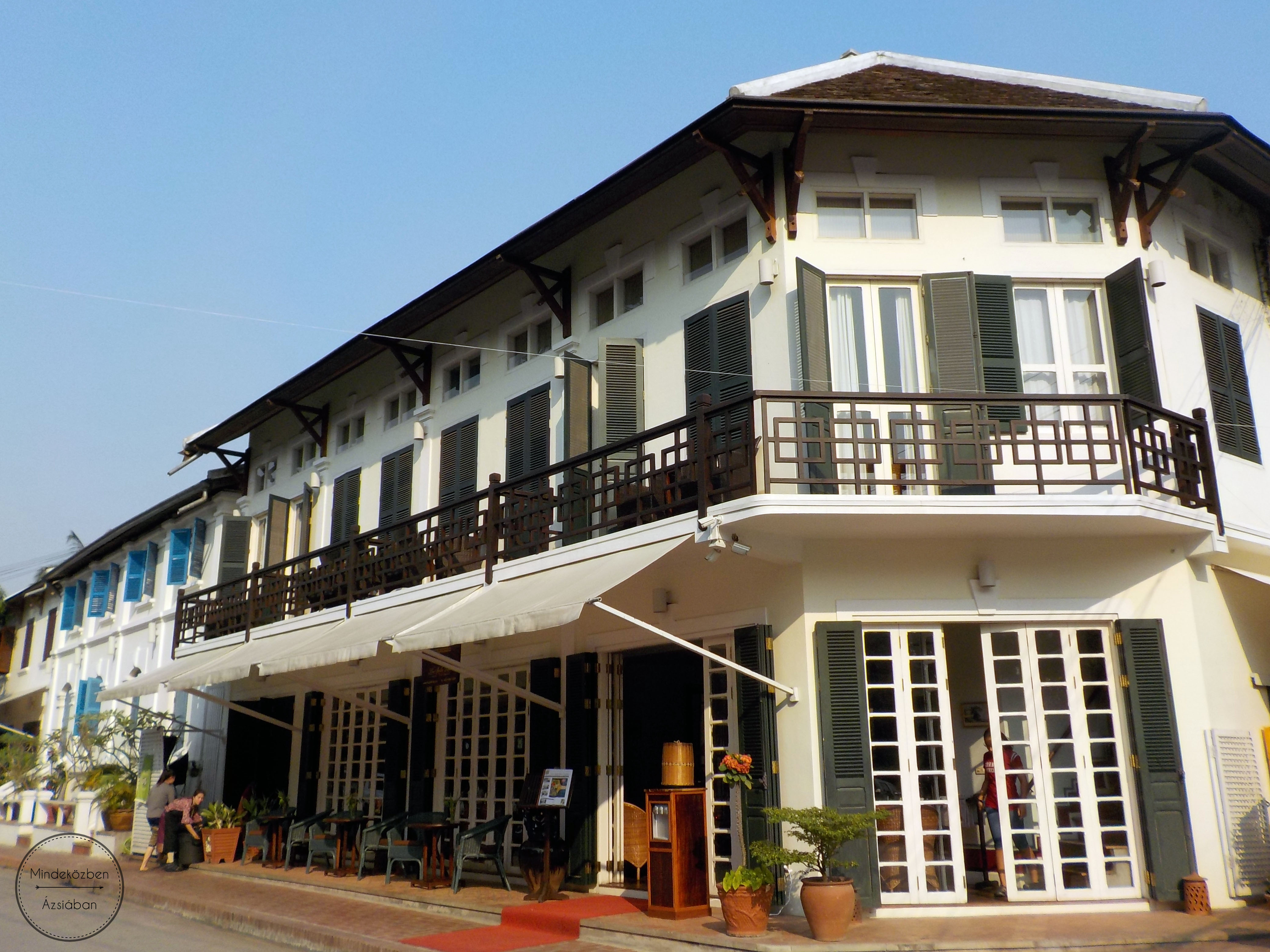 A Mekong partján sorban sorakoznak a francia gyarmati stílusban épült házak.