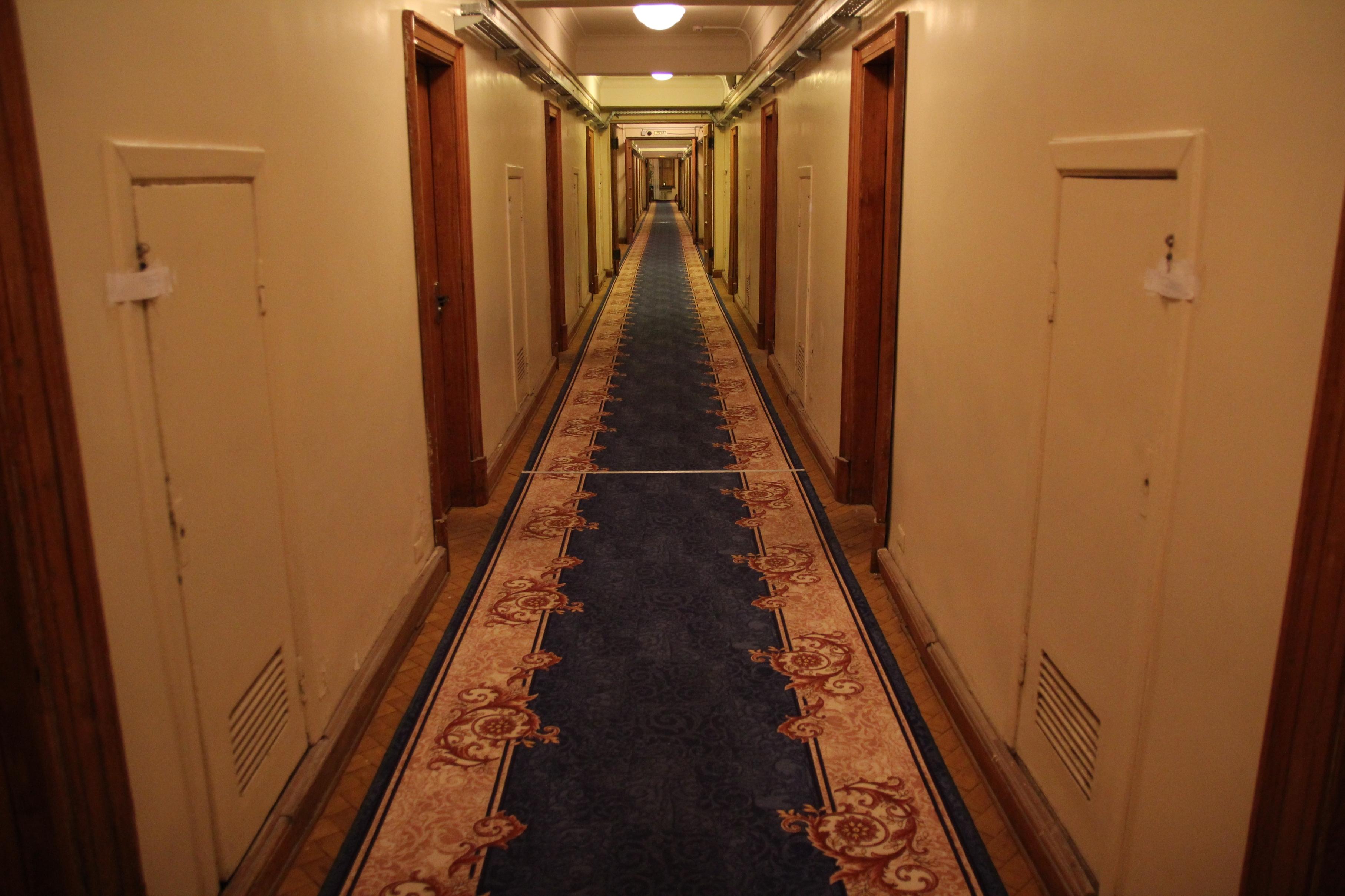 A folyosónkon kiválóan lehet Benny Hill/ Scooby Doo/ Ragyogás jeleneteket forgatni. Figyeljük csak a plombákat az ajtókon!