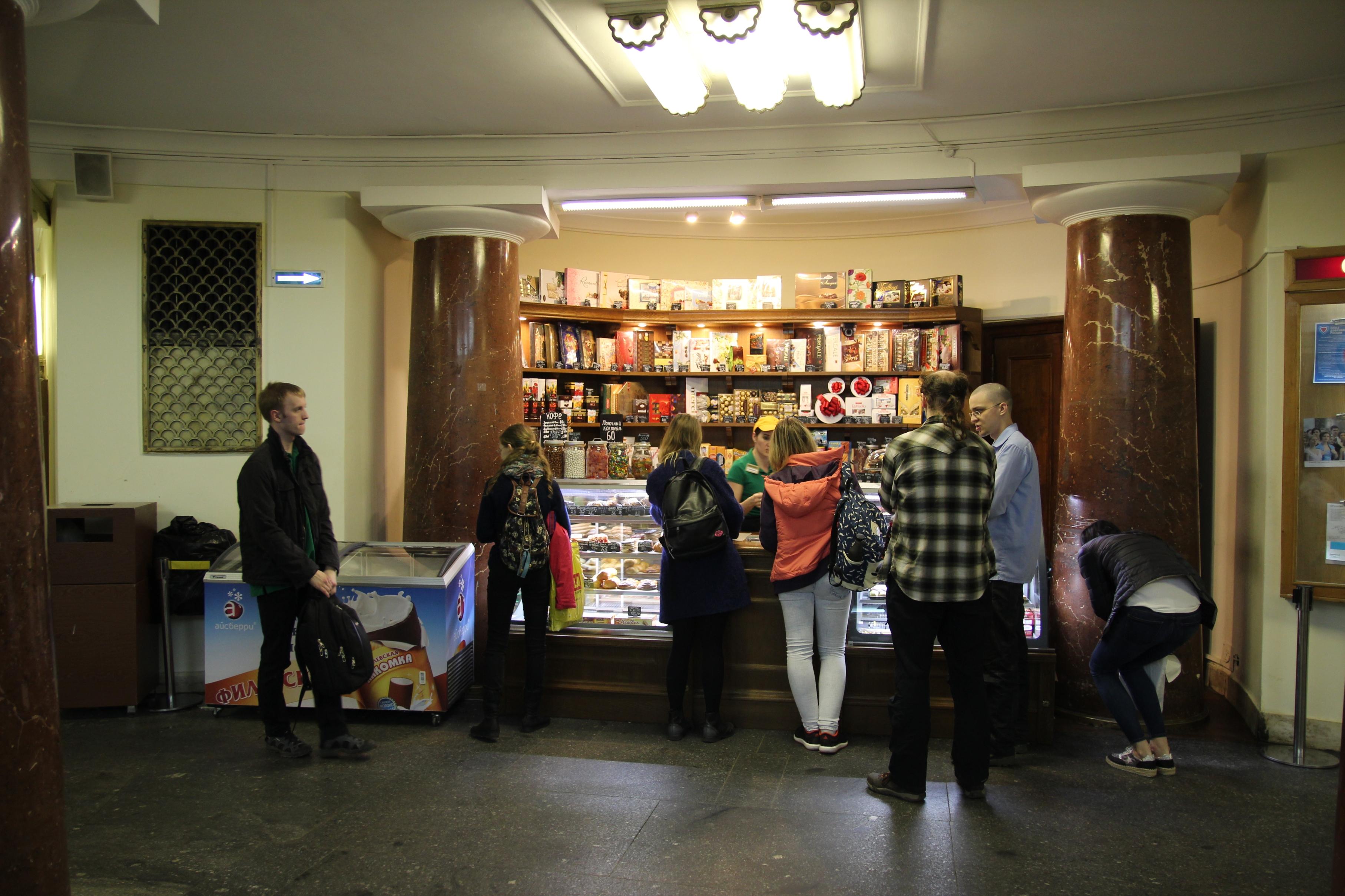 Sok ilyen bolt található az épületben, van ahol kizárólag teát és kávét lehet venni.