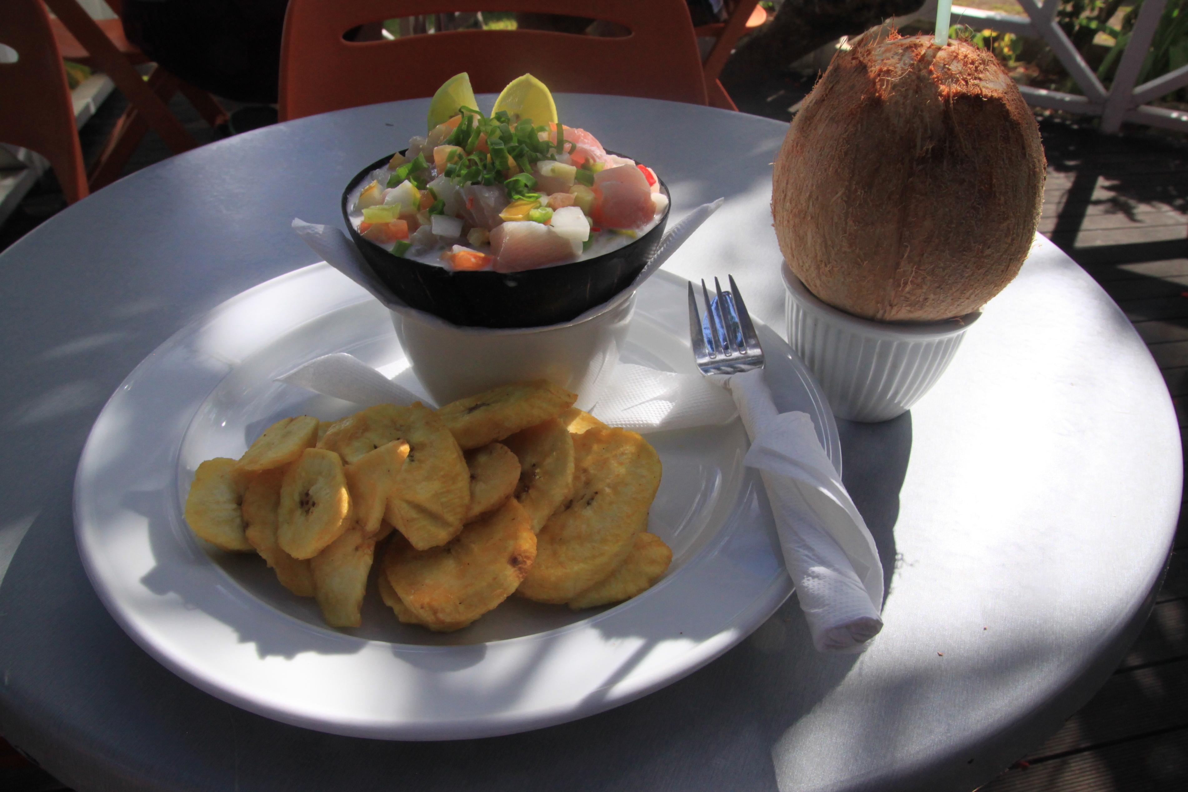 Igazi tongai ebéd:  savanyú gyümölcsös halsaláta, sült banánnal és egy jéghideg kókuszdióval