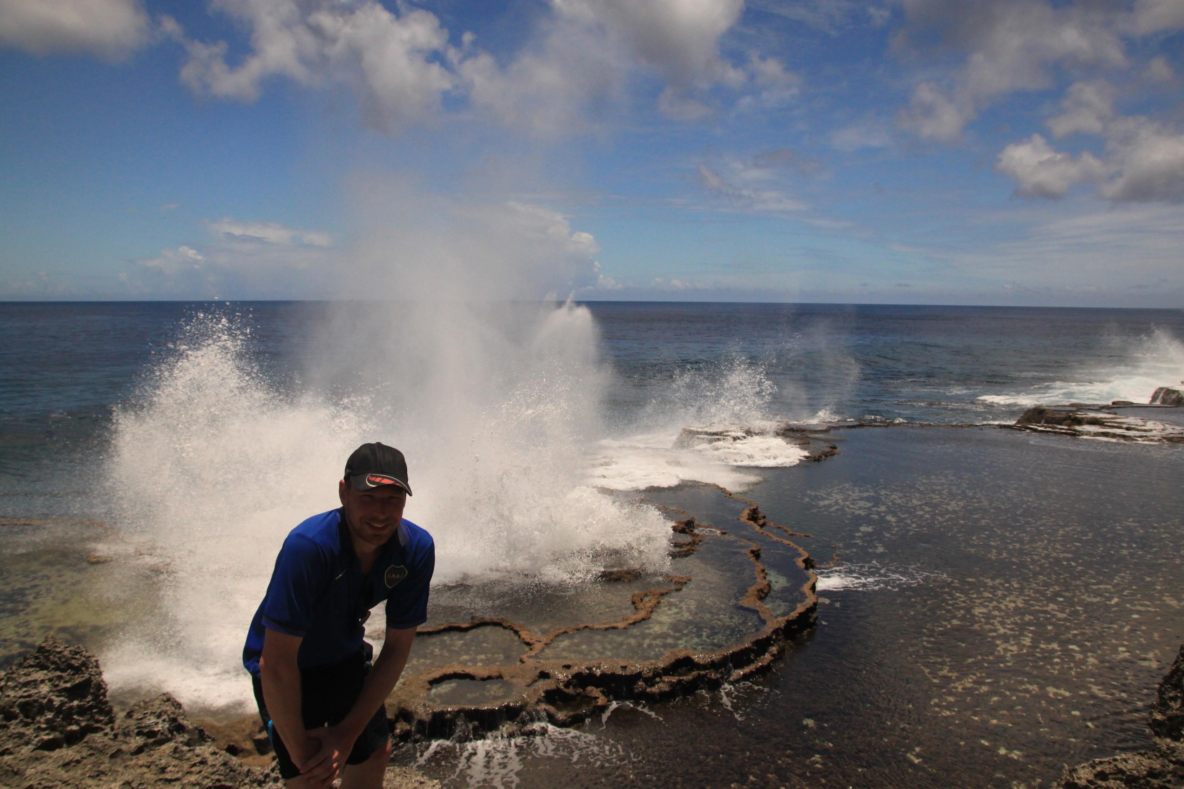 Mapu'a 'a Vaea Blowholes. Nem tudom mi a 'blowhole' magyar megfelelője, de a természeti tünemény lényege az, hogy rengeteg járat van a tengerparti sziklákban, melyekből egy-egy hullám után úgy lövell ki a víz, mint a bálna hátán lévő orrnyílásból.