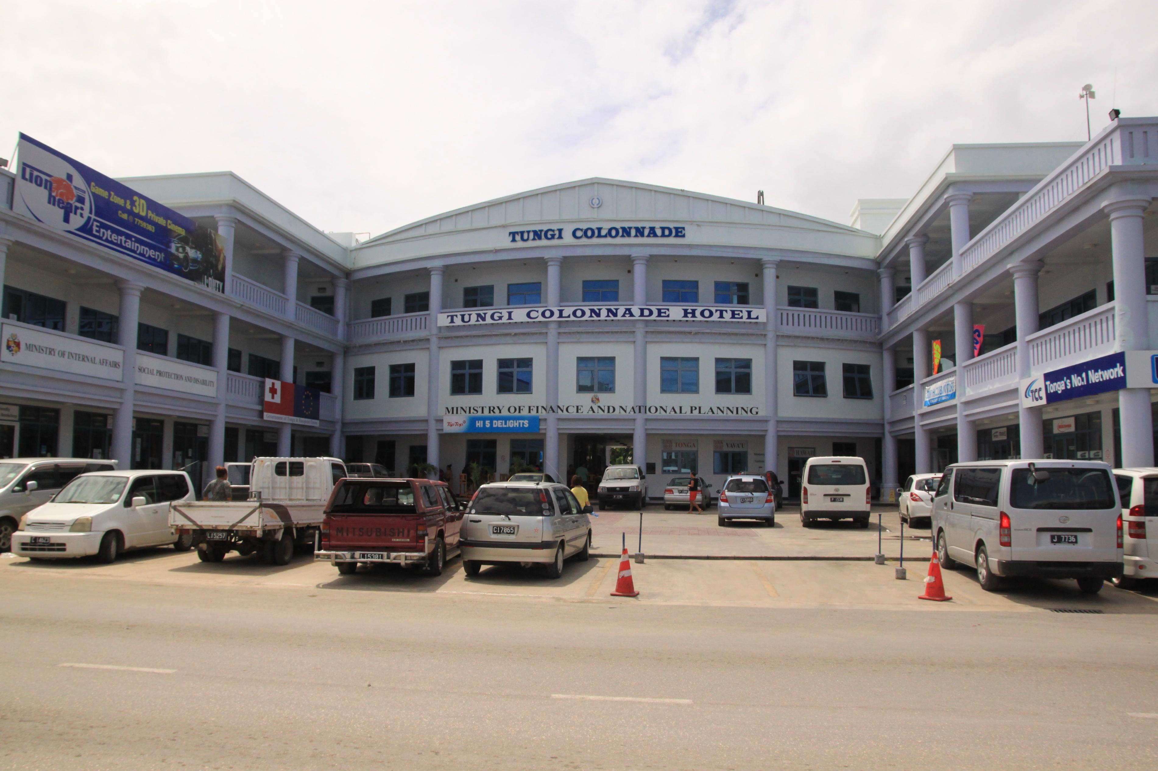Ez a tongai Kossuth-tér: pénzügyminisztérium, szociális ügyek minisztériuma, EU-s nagykövetség és mobilteló bolt.
