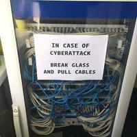 Ha a hackerek megtámadnak, törd be az üveget, és húzd ki a kábeleket...