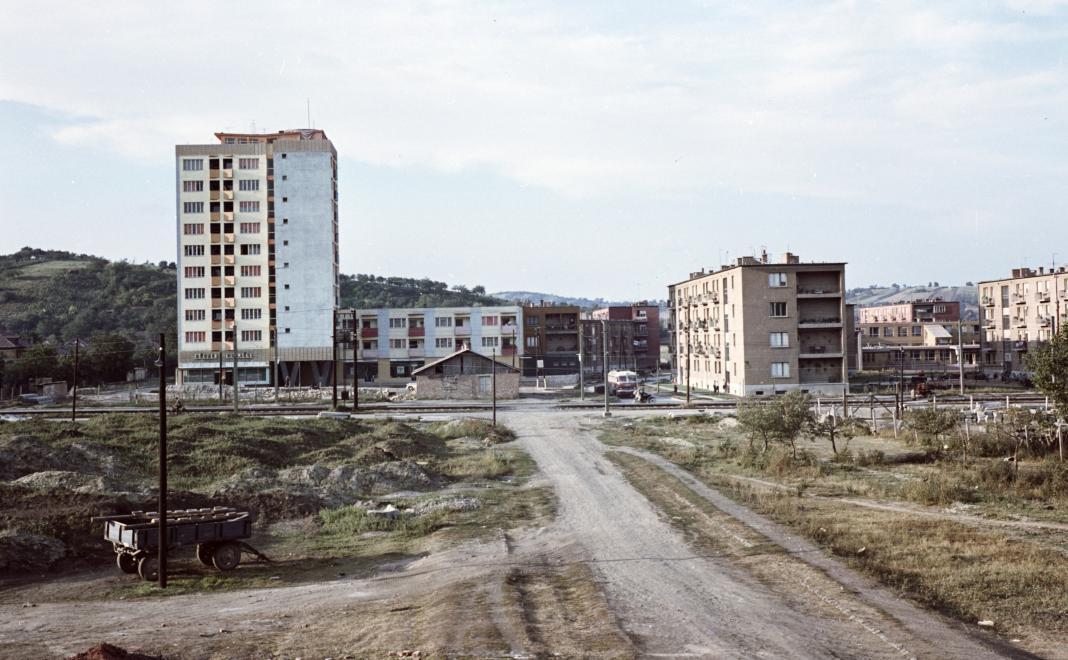 1962_kilian-eszak_delrol_a_kando_kalman_utcabol_nezve_a_magas_haz_a_kiss_tabornok_utca_dorottya_utca_sarkan_all.jpg