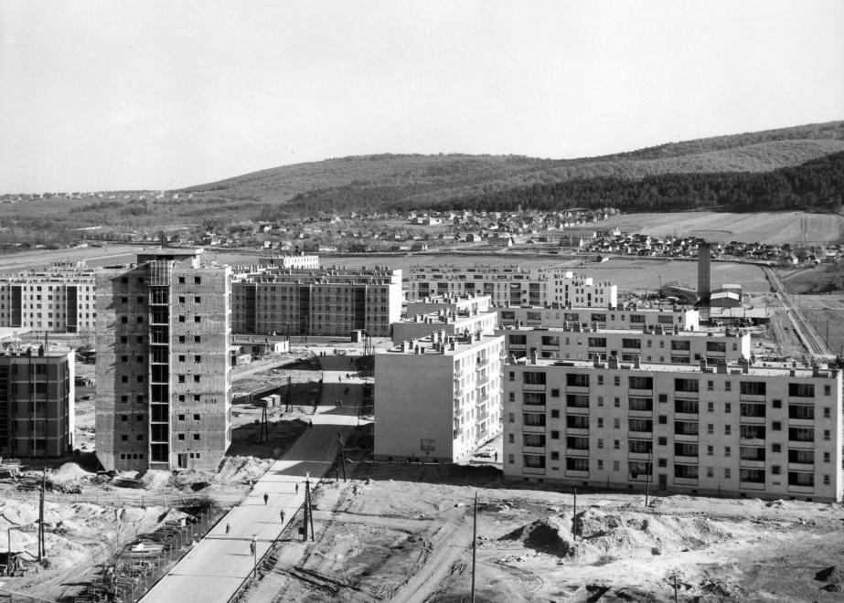 1964_kilian-del_kenderfoldi_lakotelep_a_csillagvizsgalos_toronyhazbol_fenykepezve_eloterben_a_kando_kalman_utca.jpg
