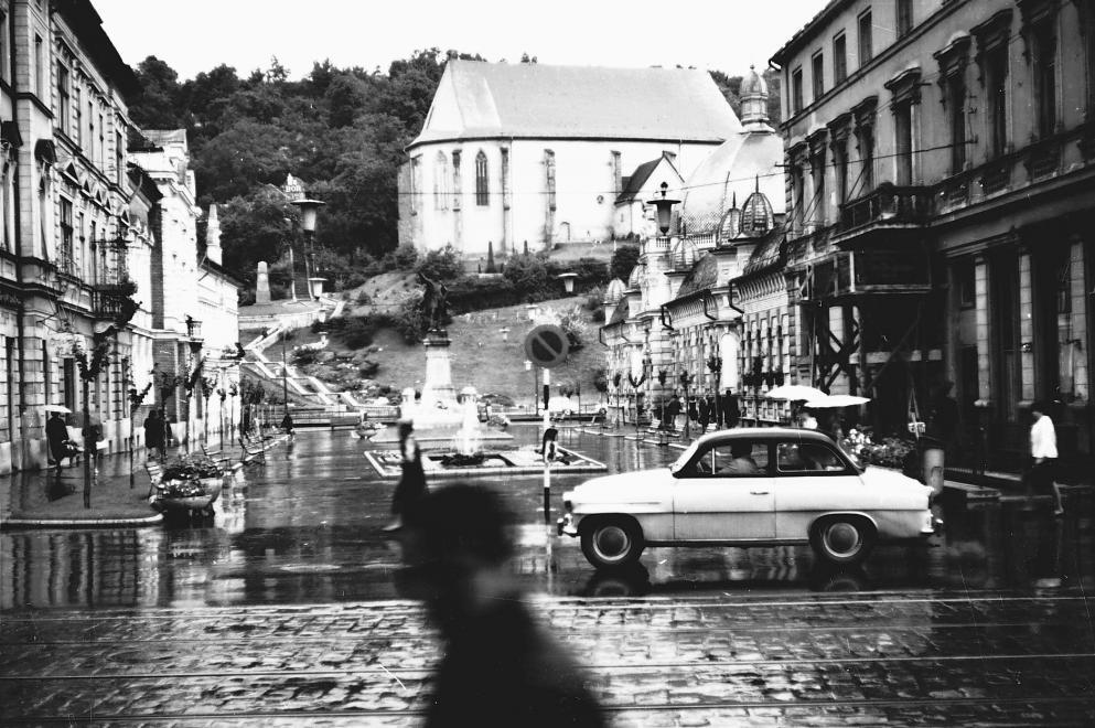1966_erzsebet_ter_hatterben_a_reformatus_templom_az_avas_oldalaban_skoda_octavia_szemelygepkocsi.jpg