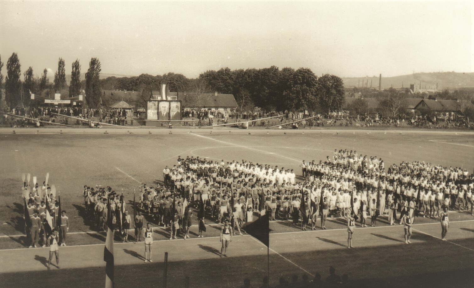 85_253_65_1_tornaunnepely_a_diosgyori_stadionban_1945-50.jpg