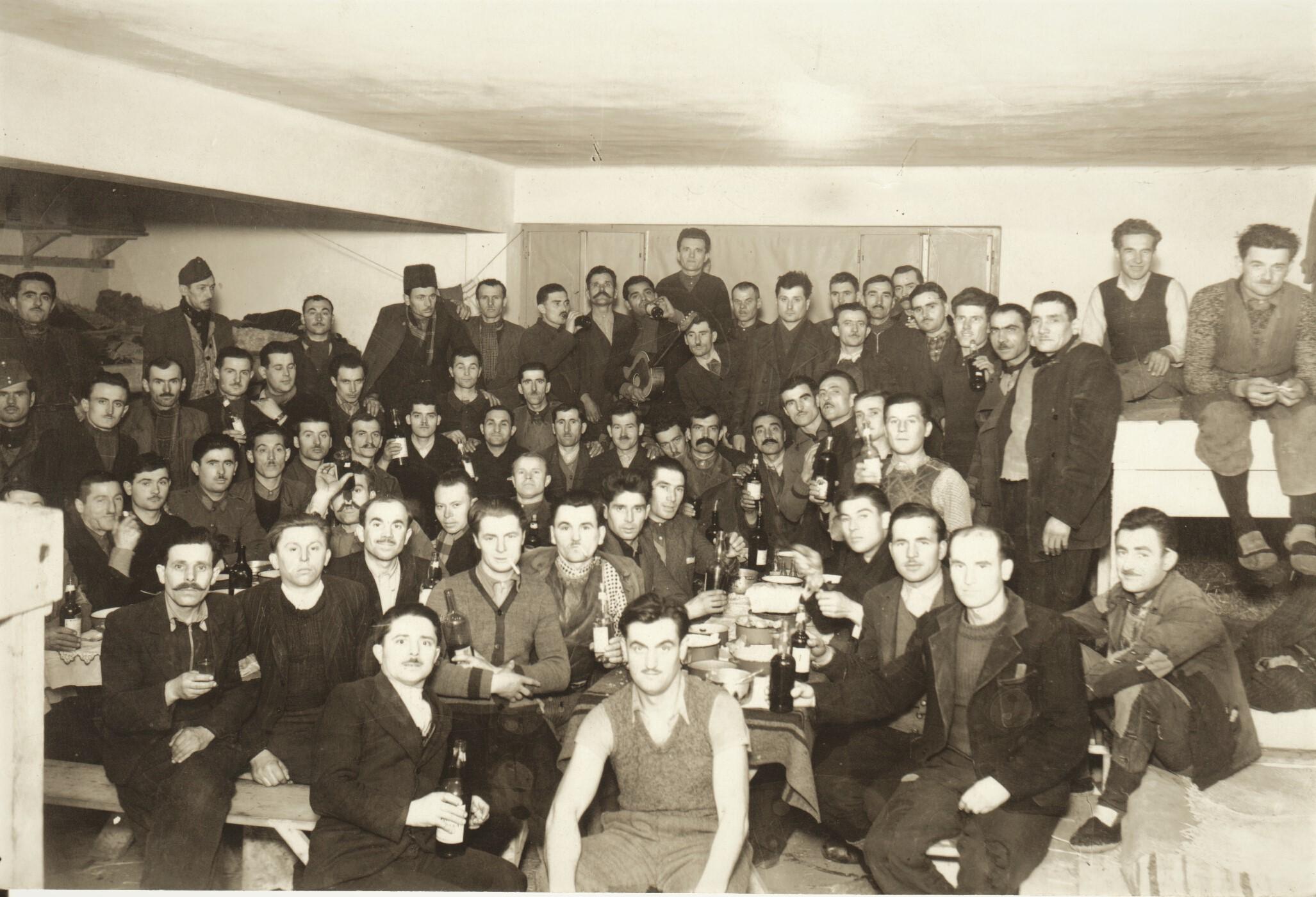85_253_64_jugoszlav_munkaszolgalatosok_csoportja_a_vasgyarban_1941.jpg