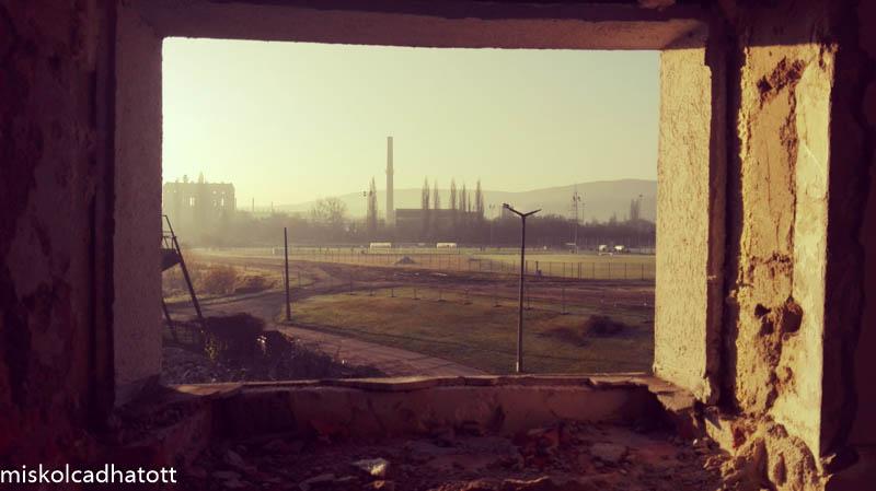 Kilátás a klubépületből az edzőközpontra, melyet jelenleg is új pályákkal bővítenek.