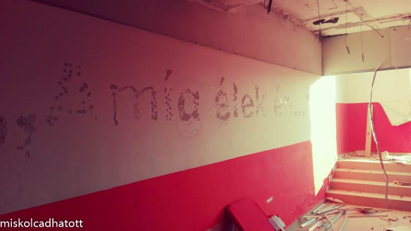 A játékoskijáróban még látszik a híres diósgyőri dal, az 'Amíg élek én..' felirat helye...