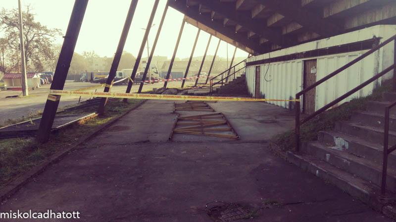 A pályát körülölelő kerítést már leszerelték.