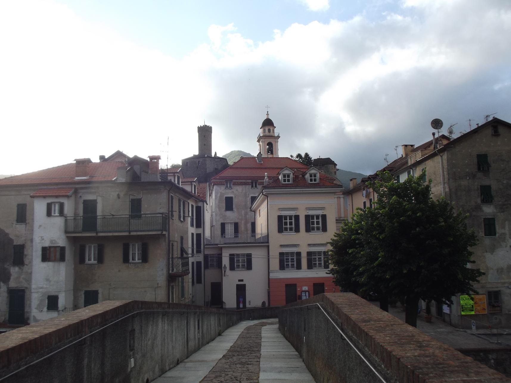 Múzeum, templom, vár a hídról