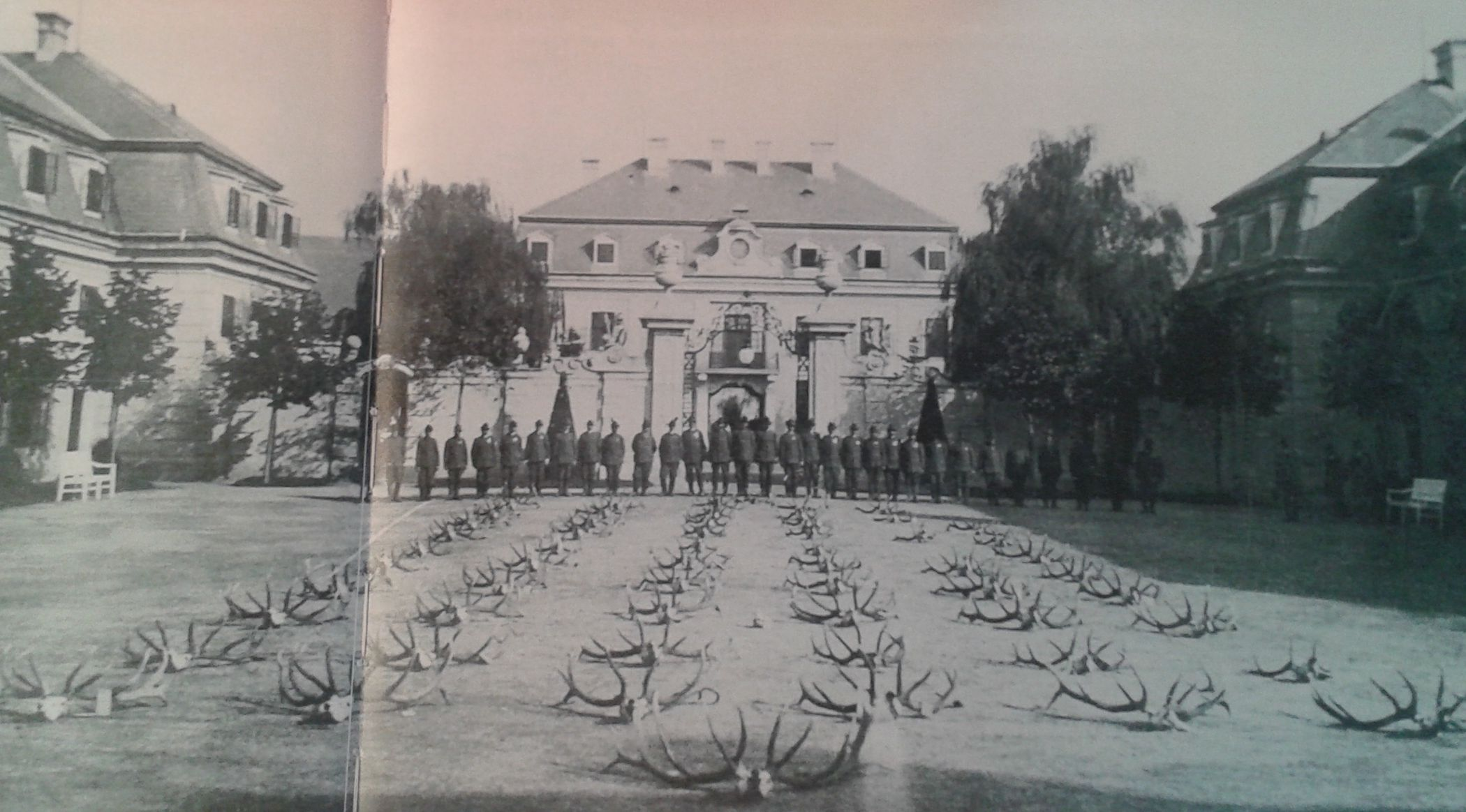 09 - Trófeaszemle Frigyes főherceggel a kastély udvarán (forrás: Bati Etelka - Csorba László: Kastélyok és mágnások)