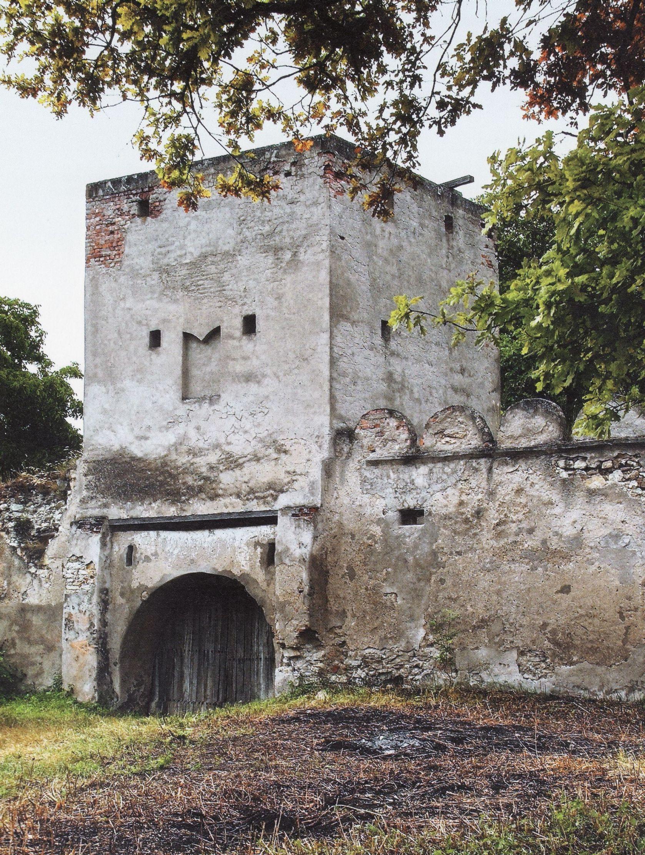 Az Alsó vár kaputornya a felújítás előtt (Forrás: Bagyinka Zoltán, Erdélyi várak)