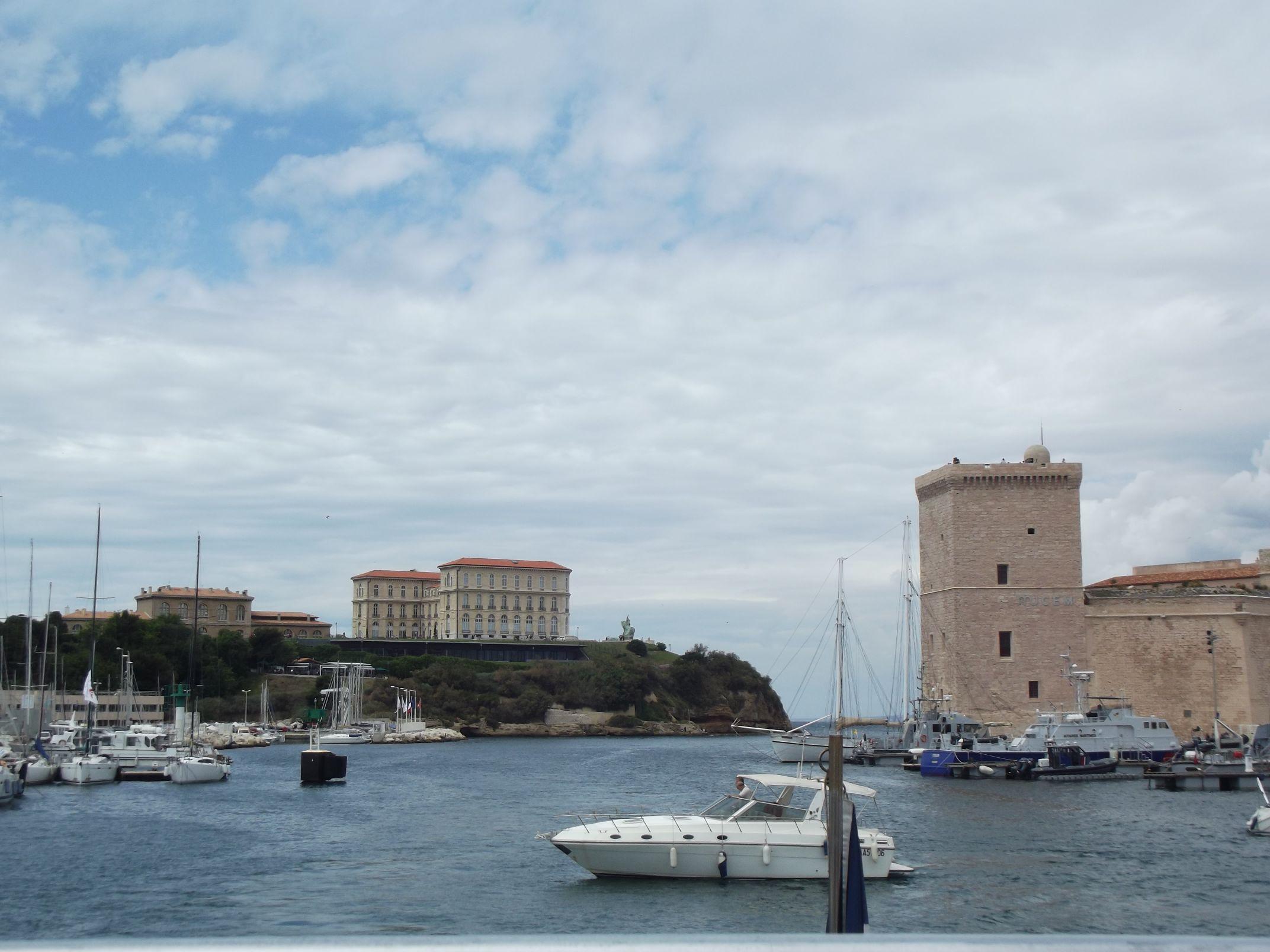 A kikötő bejárata kastéllyal, erőddel