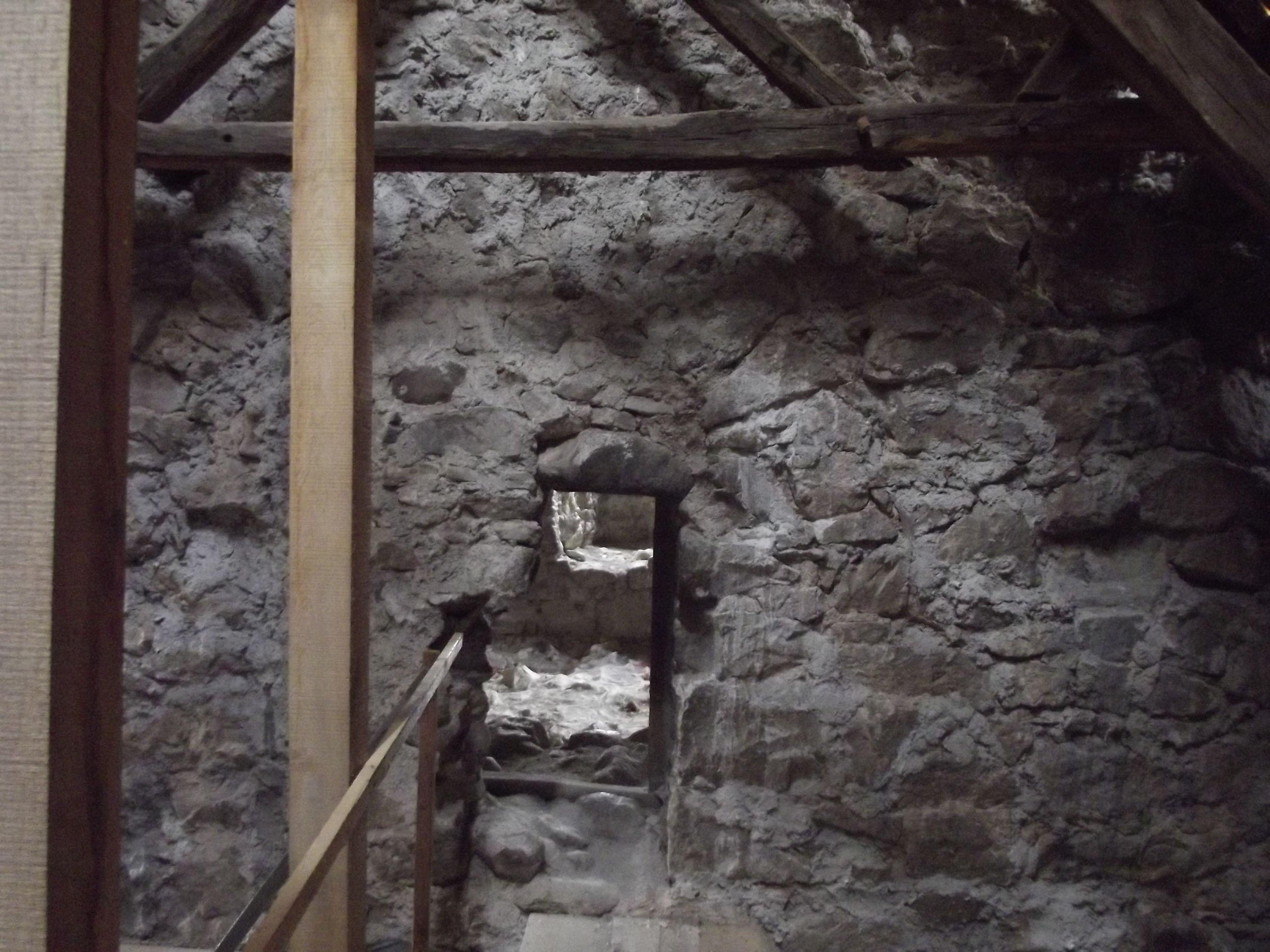 Homoróddaróc, nyílás a templom tetőzete alól